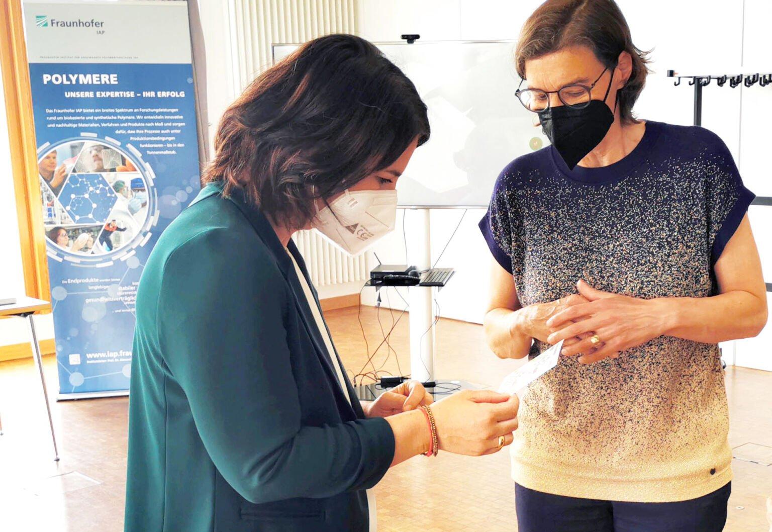Annalena Baerbock informiert sich bei Agnes von Matuschka über den Potsdam Science Park ©Standortmanagement Golm GmbH, Foto: Karen Esser