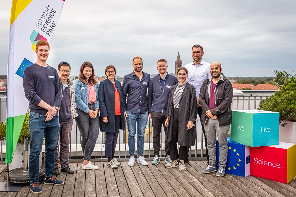 Gruppenbild der Partner beim Rooftop Pitch Potsdam 2021 auf der Dachterrasse der Wissenschaftsetage Potsdam©Standortmanagement Golm GmbH / sevens[+]maltry